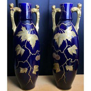 Paire de vases en céramique bleue à décor feuillagé doré