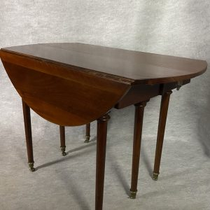 Table de style LXVI en acajou, trois allonges