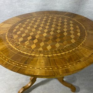 Table guéridon tripode à décor marqueté de cubes