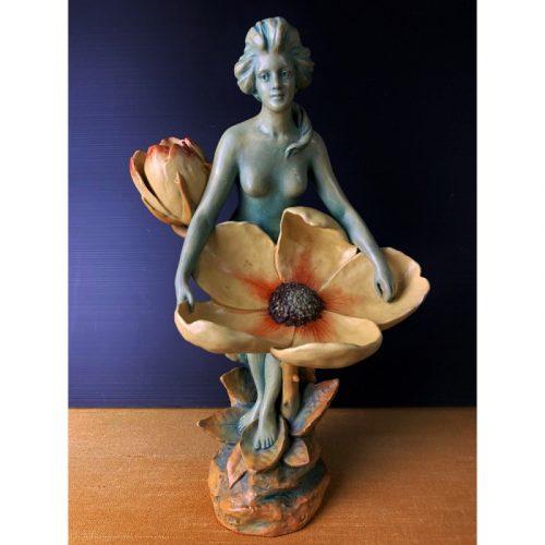THEO Jeune femme à la fleur sculpture en faience vers 1900