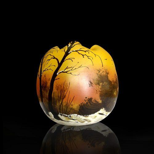 Vase boule en verre émaillé à décor de paysage hivernal signé Legras